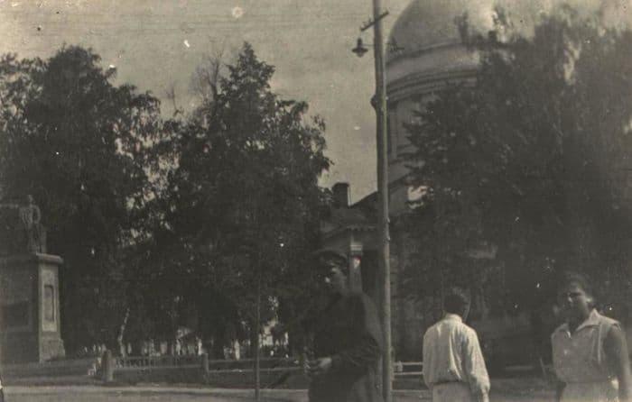 Площади имени Пастухова. Памятник Пастухову рядом с кинотеатром Колосс. Ижевск.