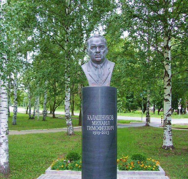 Памятник Калашникову на территории ИжГТУ. Ижевск.