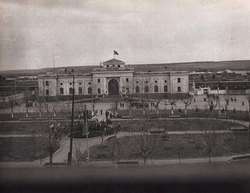 Привокзальная площадь, сквер. Открытие памятника Азину В. ЖД вокзал. Ижевск.