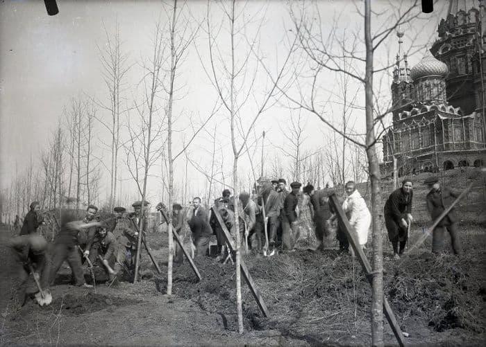 Субботник в Ижевске у Михайловского собора. 1934 г.