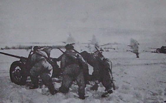 Артиллеристы 174-го ОИПТД выдвигают свое орудие на огневой рубеж.