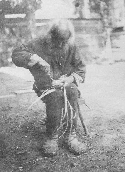 Мастер по производству лаптей - 115-летний дед Семён из деревни Чумайтло. Он плёл лапти и пешком ходил в город продавать свои изделия на базаре. Фото 1920-х годов.