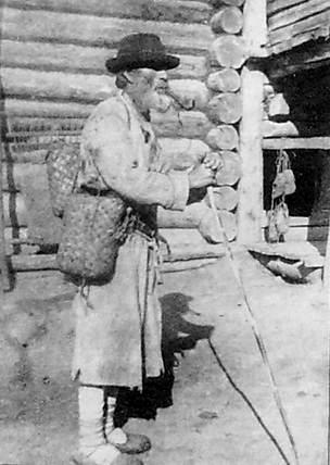 Удмурты с трубкой в зубах. Фото 1920 года.