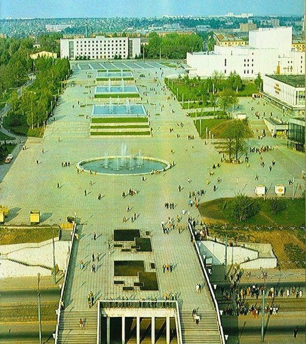 Центральная площадь, фонтаны, дом Правительства, ЦУМ, театр Оперы и Балета. Ижевск.