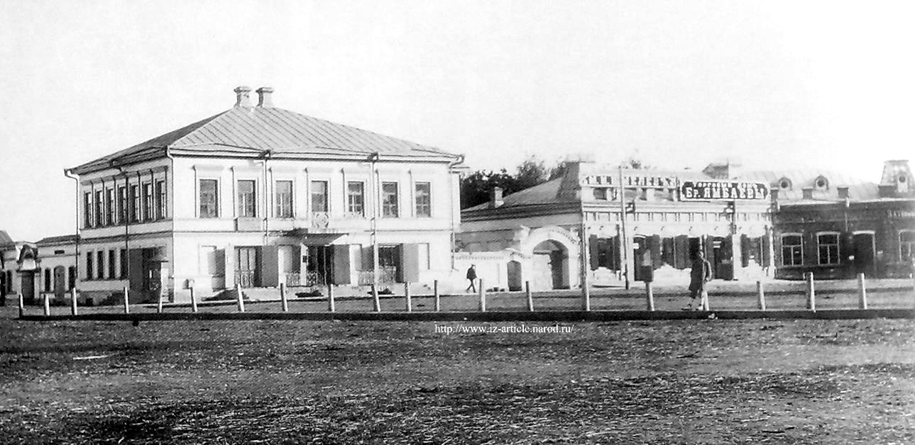Дом купца Глазов Смышлява (слева) и торговая лавка Шмелёва и братьев Ямбаевых.
