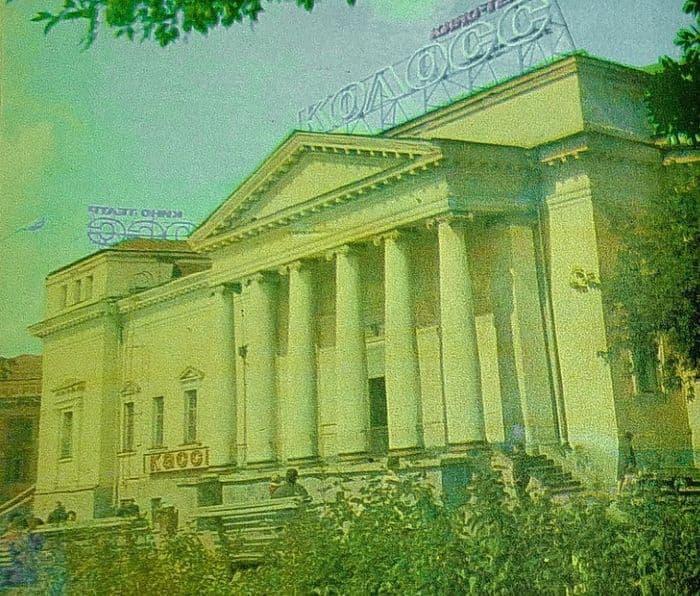 Кассы кинотеатра Колосс перенесли в подвальное помещение со стороны улицы Ленина. Фото 1970-е г. Ижевск.