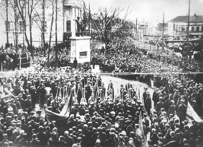 Памятник Пастухову у кинотеатра Колосс.  1 мая 1931 года. Архив газеты Комсомолец Удмуртии. Ижевск.