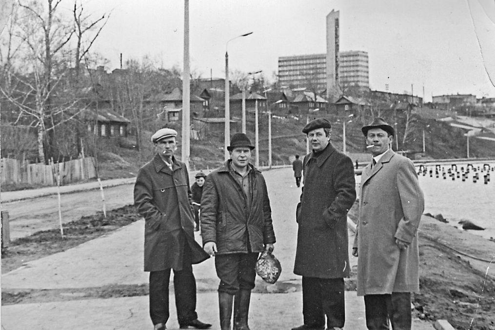 """По старой набережной Из альбома """"Прогулка 1974 года, фото Р. Никитина"""". Монумент дружбы народов. Инженерный корпус мотозавода."""
