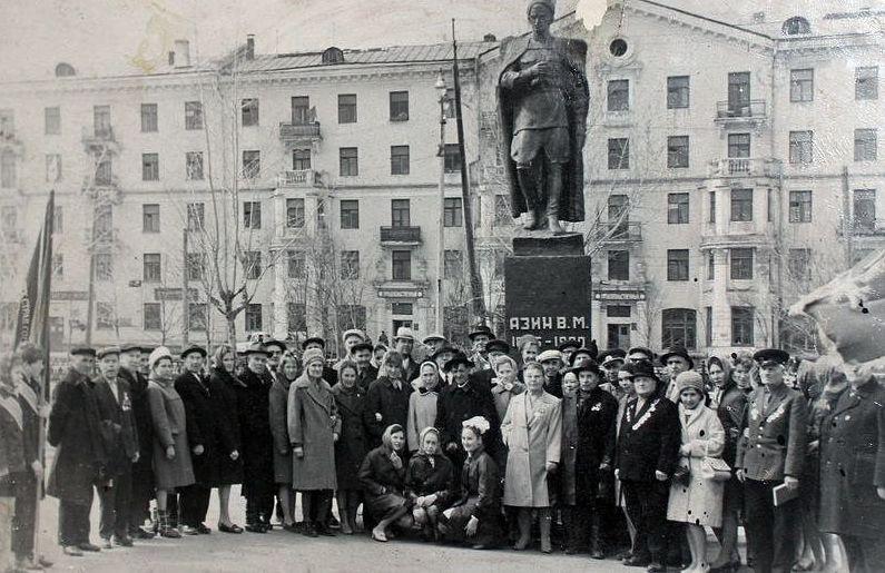 Памятник Азину на вокзальной площади. Ижевск.