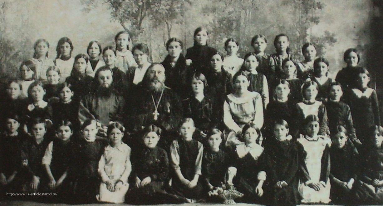 Учителя и ученицы церковно-приходской школы. Ижевск. 1915г.