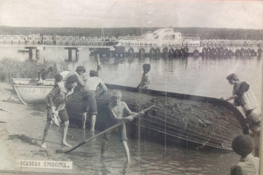"""На заднем плане - мост на Воложке и судно """"Командор"""". Фото 1980-х годов. Клуб юных моряков """"Дельфин""""."""