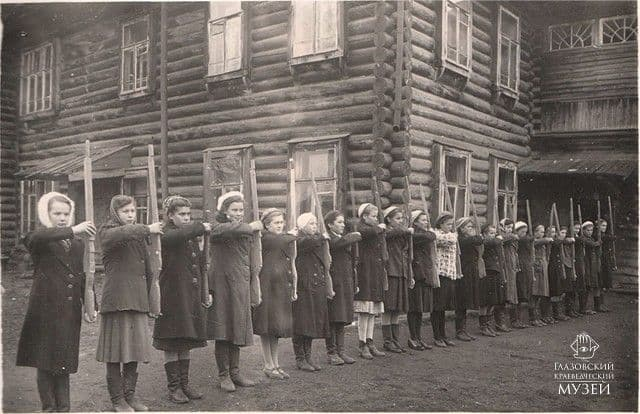 Урок военного дела в 10 классе средней женской школы города Глазова. 1945-1946 годы