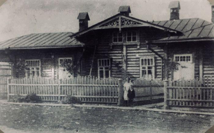 Дом, в котором жил создатель ижевских мотоциклов П. В. Можаров с 1924 по 1929 годы, на Красной площади Ижевска. Казённый дом 22. Фото: 1927 год, музей «Ижмаш».