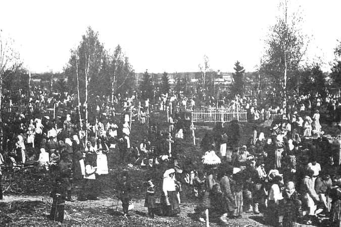 Поминки на кладбище г. Глазова. 1910-1913 гг.