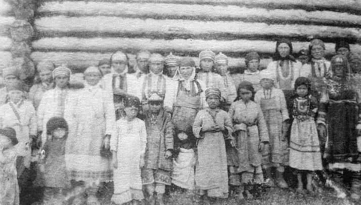 Группа женщин и детей в повседневной одежде. Глазовский уезд, дер. Шамардан. 1906 г. Шамардан - название бесермянской деревни в Юкаменском р-не.