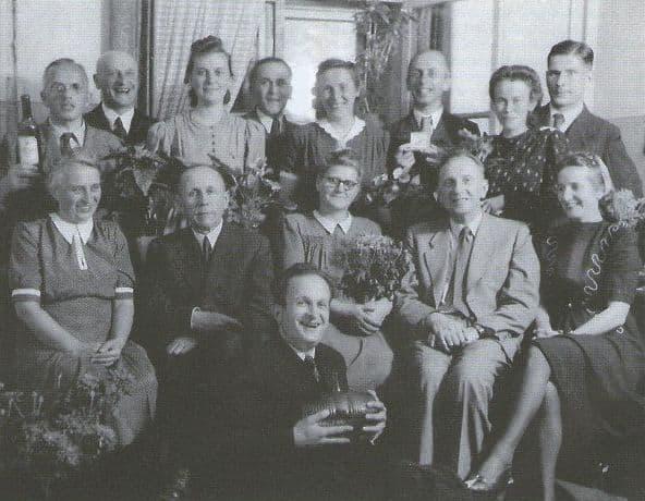 Хюго Шмайссер в кругу немецких инженеров в Ижевске. 1951 год.
